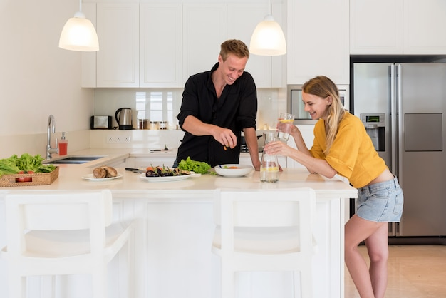 Par cocinar en una cocina blanca en casa