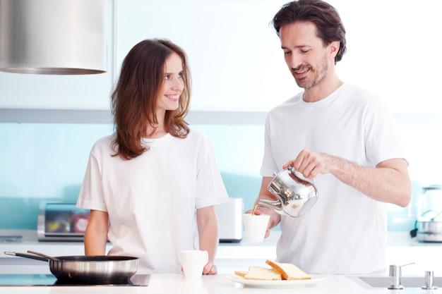 Par cocinar el desayuno en la cocina