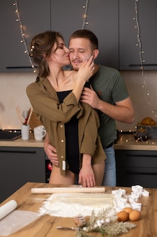 Par cocinar juntos galletas en la cocina el día de san valentín, pasar un buen rato juntos.