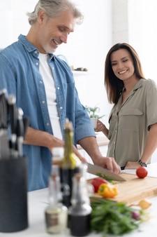 Par cocinar juntos en su cocina en casa.