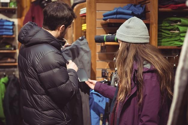 Par de compras en una tienda de ropa