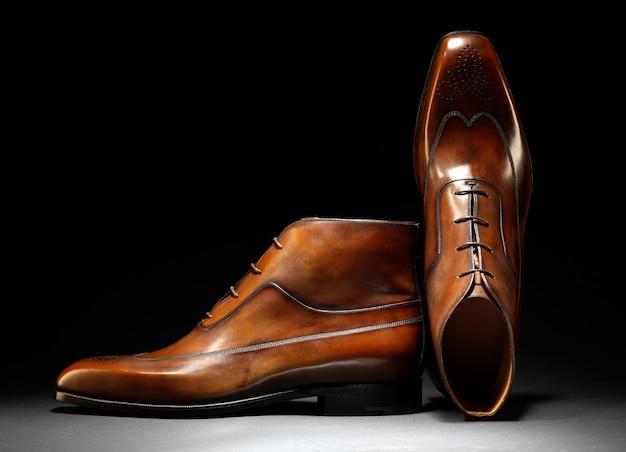 Par de elegantes zapatos de cuero marrón hechos a mano.