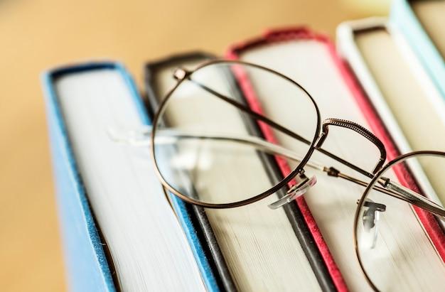 Un par de gafas y libros concepto educativo, académico y literario