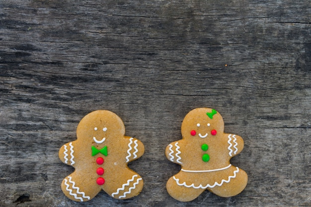 Par de galletas de jengibre de navidad en la mesa de madera rústica. vista superior