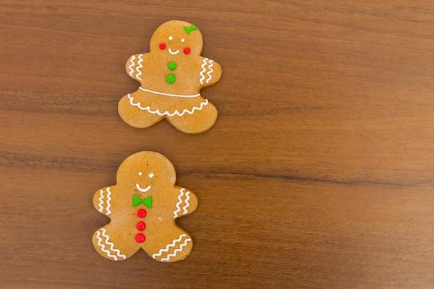 Par de galletas de jengibre de navidad en la mesa de madera. vista superior