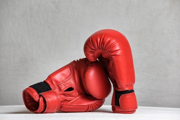 Par de guantes de boxeo rojos sobre blanco
