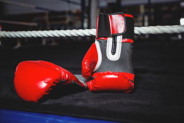 Par de guantes de boxeo rojos.