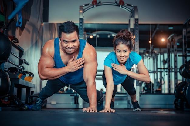 Par hacer ejercicio en el gimnasio
