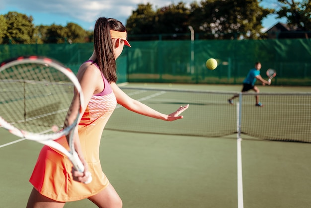 Par jugar al tenis en la cancha al aire libre
