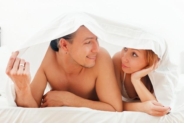 Par juntos en la cama