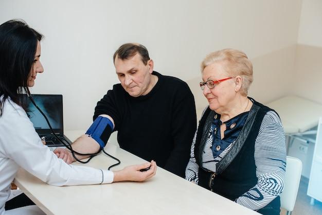 Un par de personas mayores realizan un examen médico en un centro médico. medicina y asistencia sanitaria.