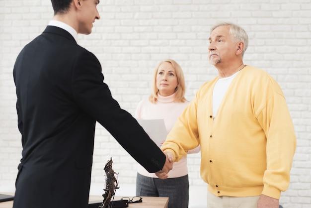 Un par de personas mayores vinieron a ver a un agente de bienes raíces.