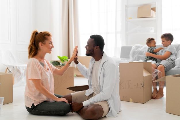 Par preparándose para moverse con sus hijos