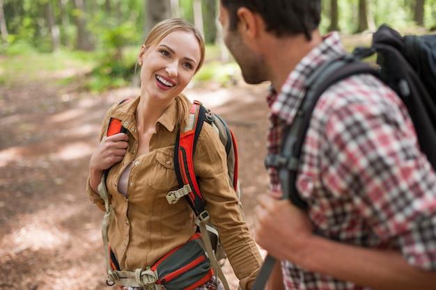 Par de senderismo en el bosque