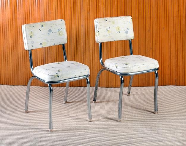 Par de sillas de cocina vintage de metal y estampadas