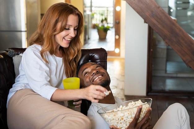 Par tener palomitas de maíz mientras ve una película