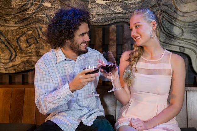 Par tostado copa de vino en el bar