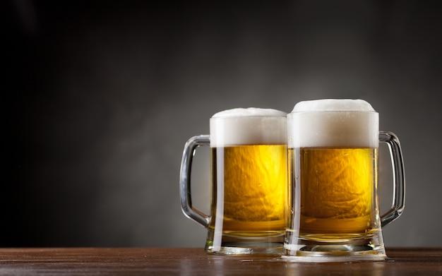 Par vasos de cerveza