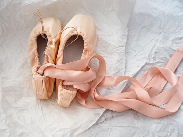 Par de zapatillas de ballet en superficie grunge