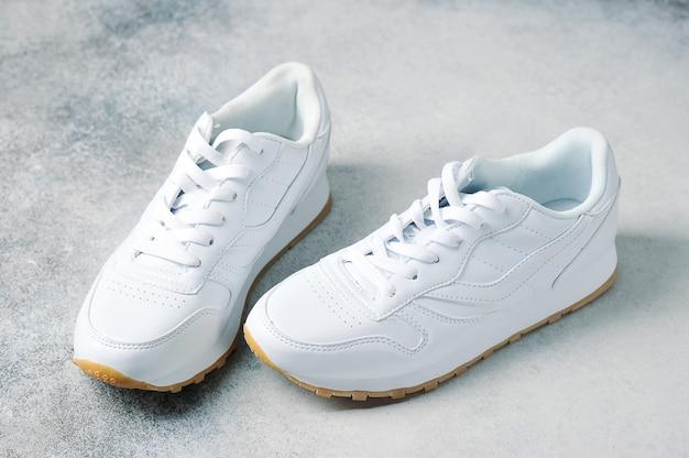 Par de zapatillas deportivas blancas