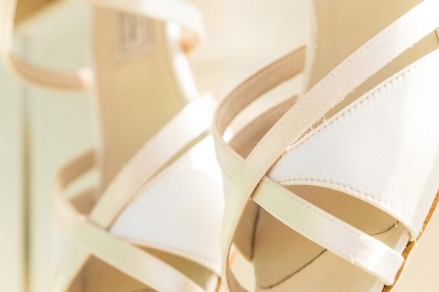 Par de zapatos blancos de boda para mujer.
