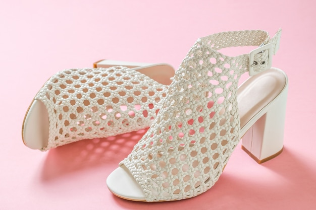 Un par de zapatos de verano de mujer hermosa en superficie rosa. calzado de verano para mujer.