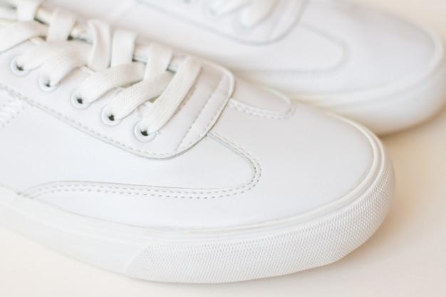 Par de zapatos zapatillas blancas
