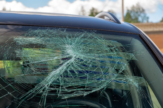 Parabrisas coche roto. consecuencias de un accidente de tráfico.