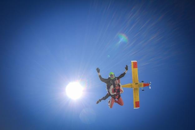 Paracaidismo en tándem primeros segundos de caída libre con sol y avión franz josef españa
