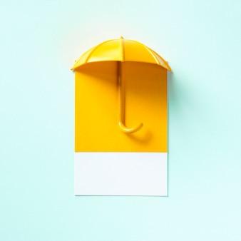 Paraguas amarillo proyectando una sombra