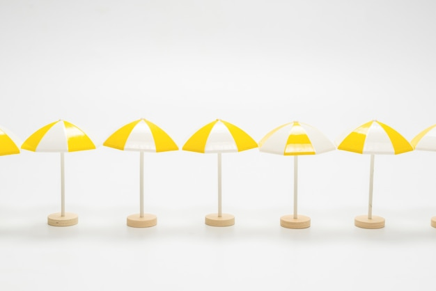 Paraguas amarillos sobre un fondo blanco. copie el espacio.