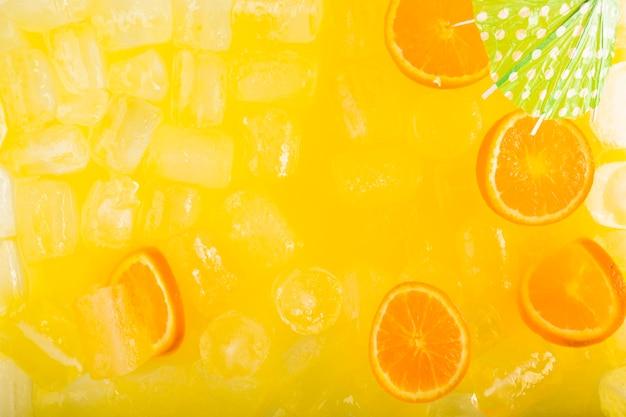 Paraguas y cítricos en bebida sabrosa