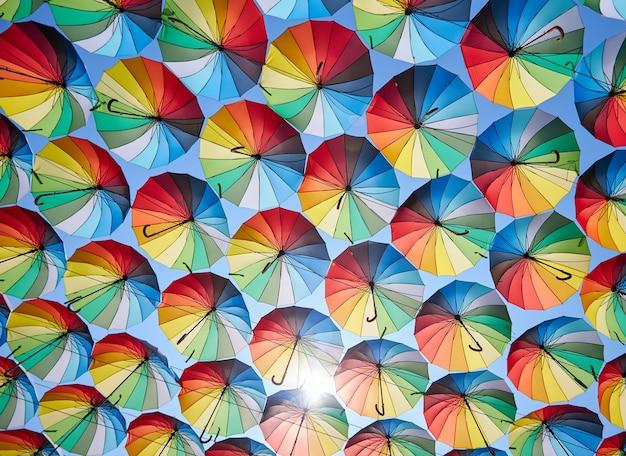 Paraguas de colores que cuelgan sobre las calles de la ciudad