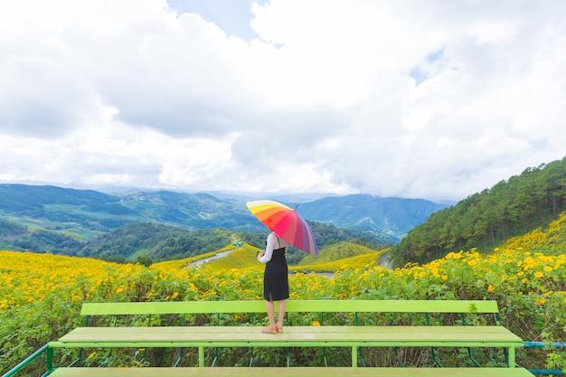 Paraguas multicolor del asimiento asiático de la mujer.