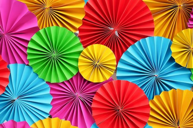 Paraguas de tiras de filigrana de papel colorido hermoso doblado para el fondo