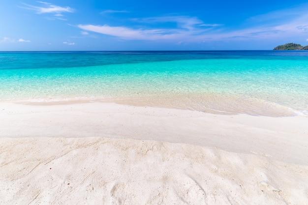 Paraíso de playa tropical y el cielo azul en la isla de khai en la provincia de satun, tailandia