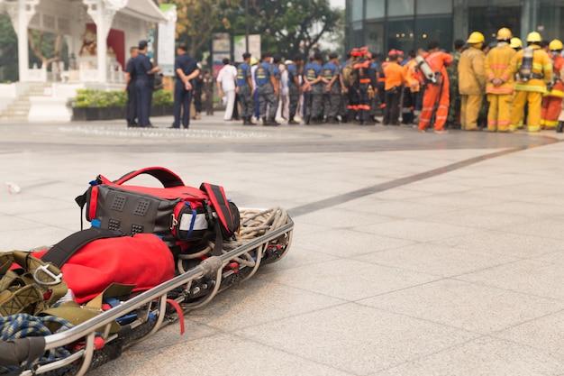 Paramédico y camilla camilla en simulacro de desastre simulacro