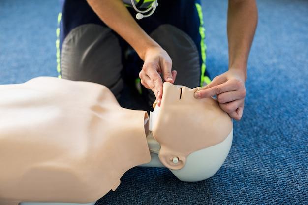 Paramédico durante el entrenamiento de reanimación cardiopulmonar