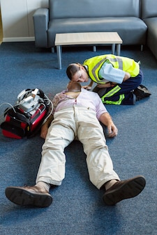 Paramédico femenino durante el entrenamiento de reanimación cardiopulmonar