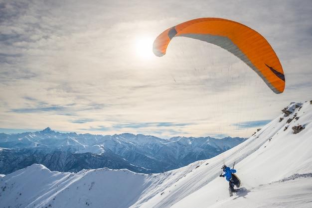 Parapente lanzando desde pendiente nevada