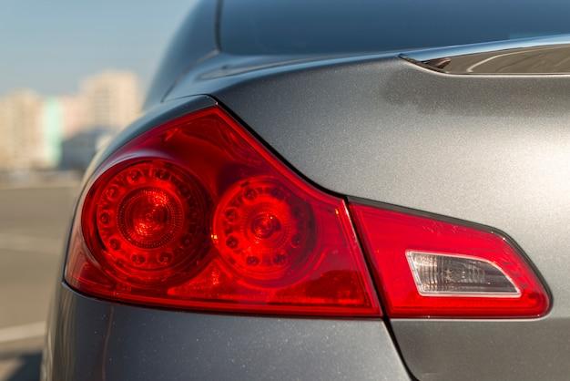 Pare la luz de la parte trasera del auto
