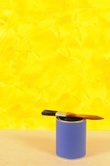 Pared amarilla con bote de pintura