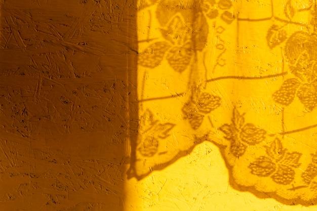 Pared amarilla con sombras