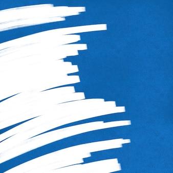 Pared azul con fondo de pincel blanco