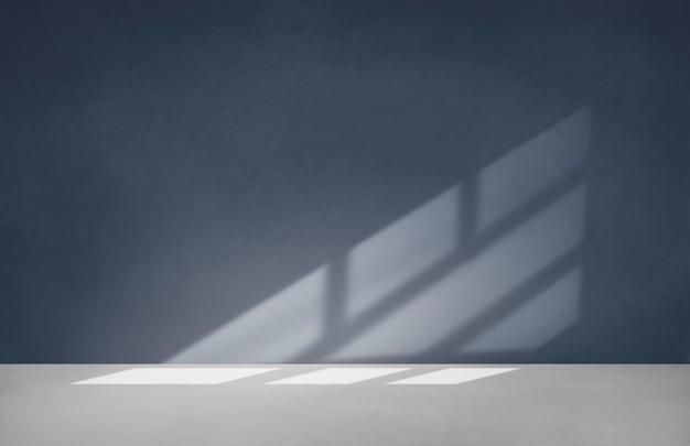 Pared azul en una habitación vacía con piso de concreto