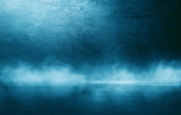 Pared azul oscuro con estuco decorativo. humo, smog, reflector