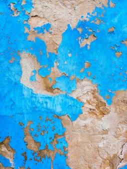 Pared azul con texturas rotas.