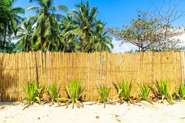 Pared de bambú en la playa tropical con cielo azul