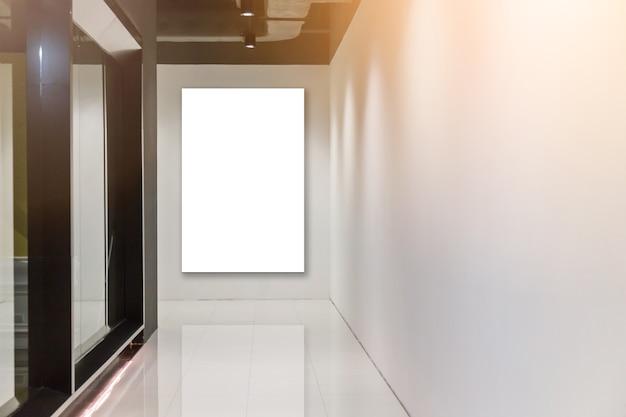 Pared blanca en blanco en el pasillo moden