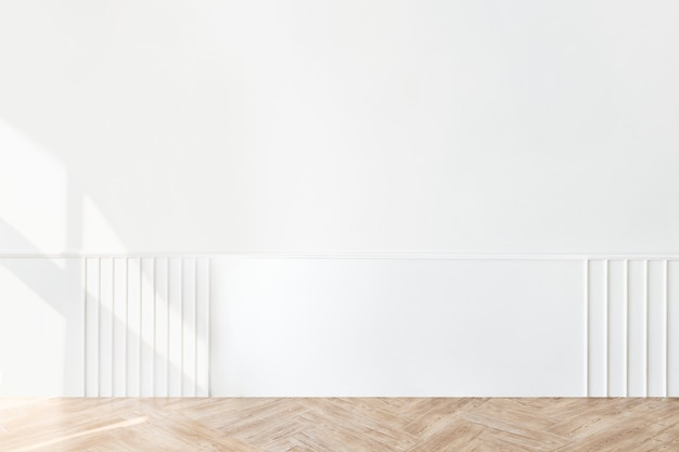 Pared blanca lisa con piso de parquet